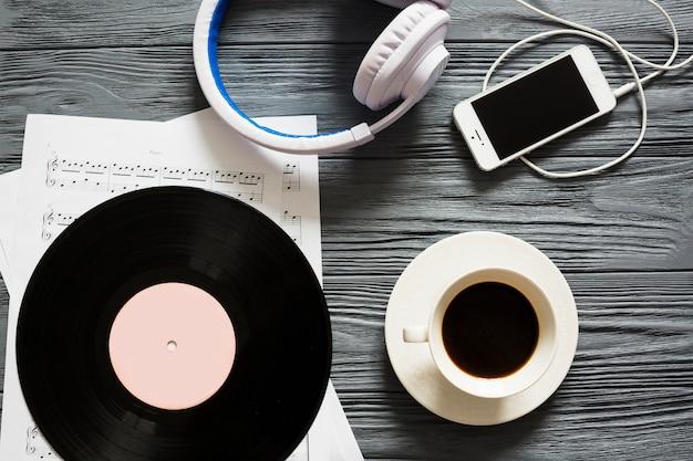 Vinile, smartphone e caffè