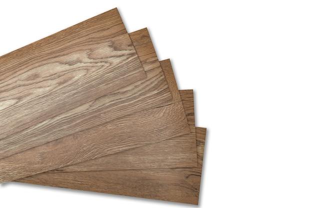 家の改修のための家のインテリアデザインのために白い表面に分離されたビニールタイルスタック。ビニール床材。新しいホームフロア用のポリマービニールシート。