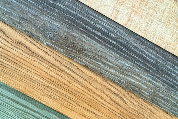 ビニールタイルは、インテリアデザイナーのためのサンプルコレクションを積み重ねます。新しい木目模様のビニールタイル。