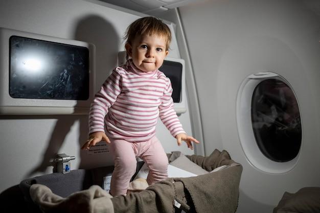 비행 중 아기 요람에서 점프하는 비행기 유아의 안전 규칙 위반