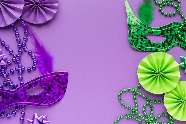 보라색과 녹색 마스크와 진주 목걸이