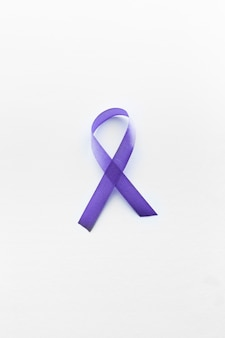 白い背景に紫色のリンパ腫リボン