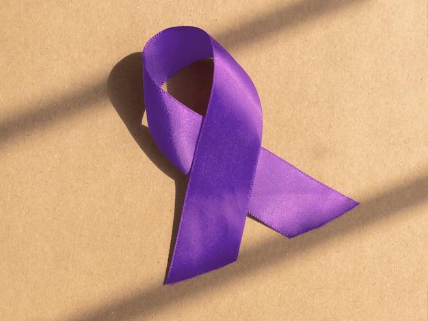 Фиолетовая или пурпурная лента. концепция медицинской осведомленности.