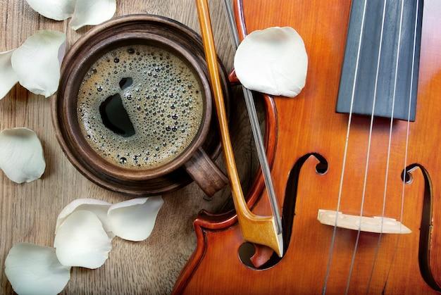 Скрипка и чашка кофе. кофе и лепестки роз