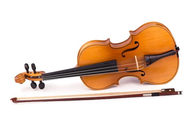 白い背景の上のバイオリンと弓