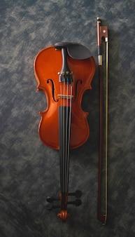 Скрипка и смычок на фоне, размытый свет вокруг