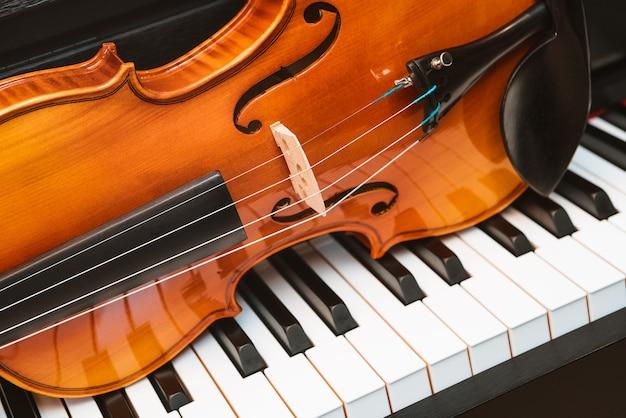 바이올린과 피아노. 고전 음악.