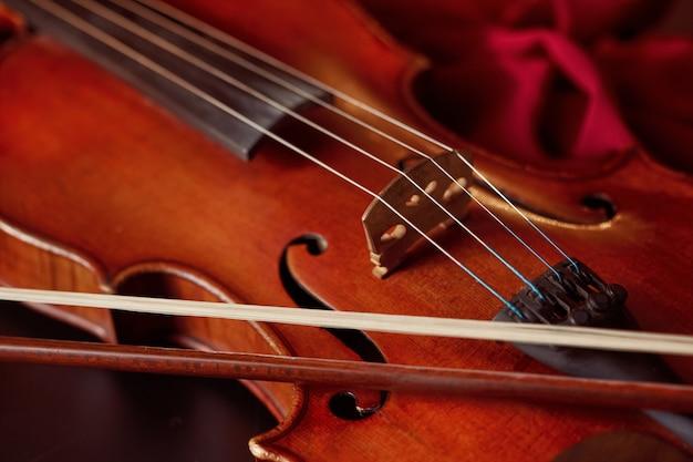 Скрипка в стиле ретро и смычок, крупным планом, никто