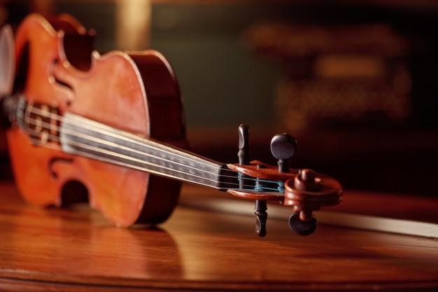 木製のテーブル、クローズアップビュー、誰もレトロなスタイルのバイオリン。クラシック弦楽器、音楽芸術、古いビオラ