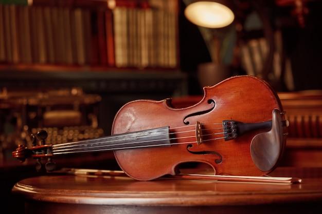 Скрипка в стиле ретро на деревянном столе, крупным планом, никто
