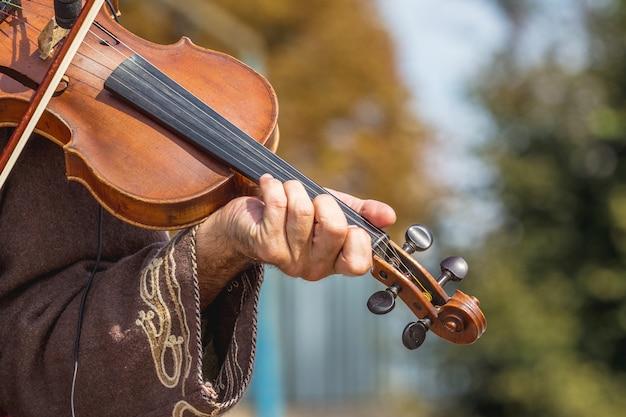 거리에서 콘서트 중 음악가의 손에 바이올린_