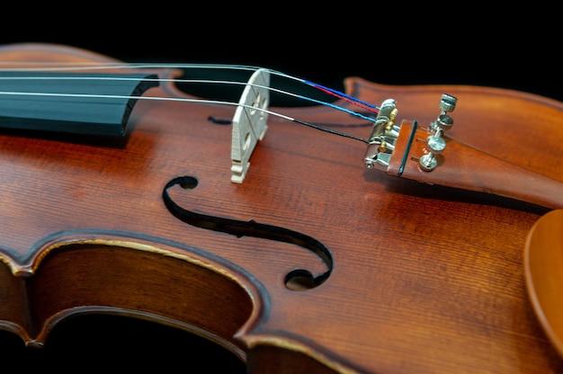Скрипка музыкальный инструмент крупным планом, изолированные на черном Premium Фотографии