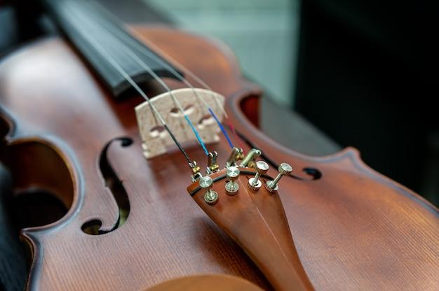 Скрипка музыкальный инструмент крупным планом, изолированные на черном