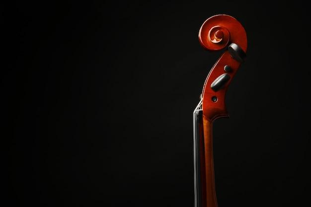 Шея скрипки на темном
