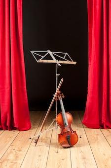 Скрипка на сцене театра с деревянным полом