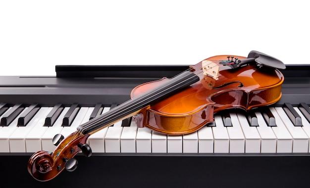 디지털 피아노의 키에 바이올린