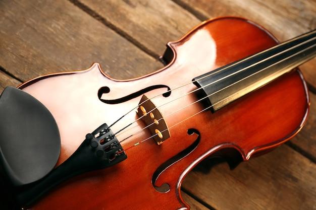 木製の背景にヴァイオリン