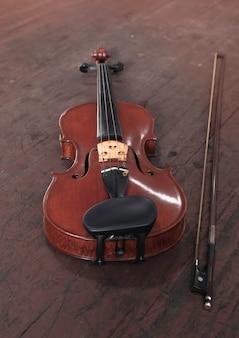 Скрипка на деревянной деревянной доске