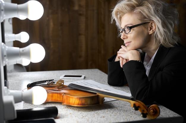 콘서트를 준비하는 바이올리니스트