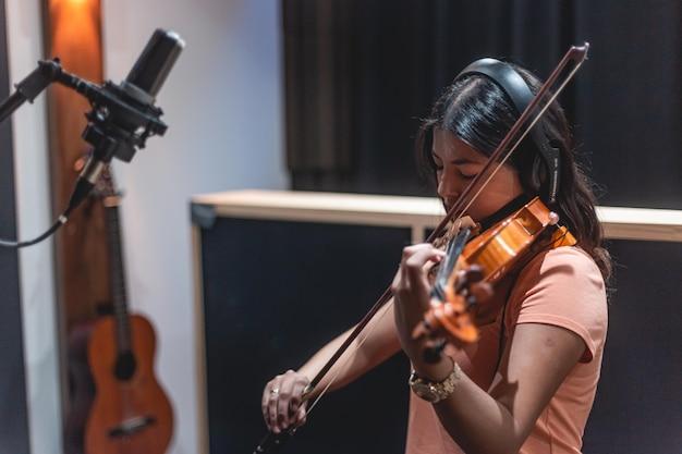 녹음 스튜디오에서 바이올리니스트 녹음 음악가 녹음