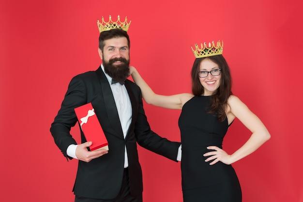 Vip。結婚記念日プレゼント。フォーマルなカップル。タキシードとセクシーな女性のvip男。ひげを生やした男と王冠の幸せな女。恋にカップル。ビジネスの成功。ファッションルック。大声で笑う。 vipカップル。
