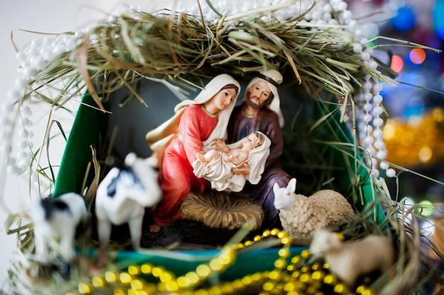 Дева мария родила иисуса, и она лежит в кроватке, рождество