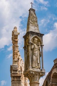Дева мария с младенцем иисусом, статуя 15 века на площади бра в вероне, италия