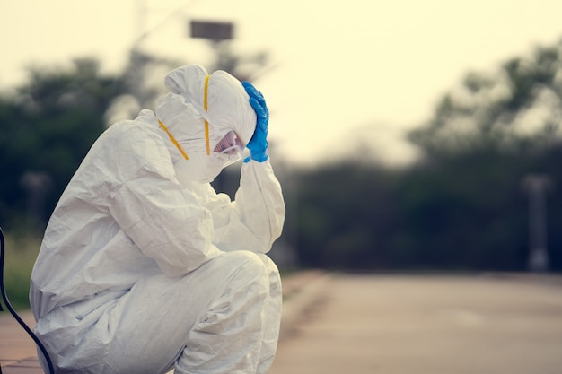ウイルス学者、ppeを着用。彼女は絶望と疲れを感じています。