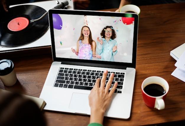 Festa di compleanno virtuale tramite videochiamata su laptop nella nuova normalità