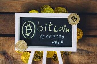 実際のビットコインで木製の背景に署名したバーチャル通貨Bitcoin