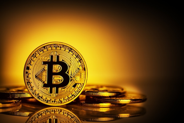 Виртуальная валюта биткойн на желтом фоне