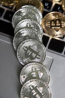 Виртуальные деньги серебряные биткойны на ноутбуке