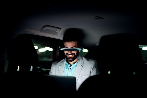 가상 현실 개념. 늦게 일하고 차에서 사업가입니다.