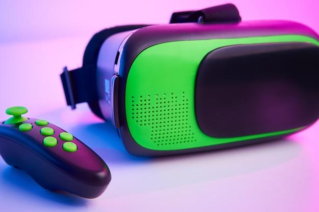 色の背景にバーチャルリアリティメガネ。未来のテクノロジー、vrコンセプト