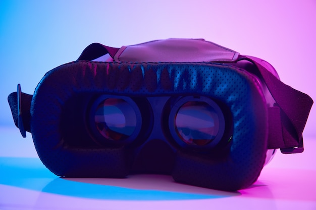 カラフルな背景にバーチャルリアリティメガネ。未来のテクノロジー、vrコンセプト