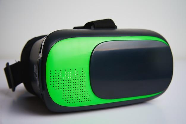 白い背景の上のバーチャルリアリティメガネ。未来のテクノロジー、vrコンセプト