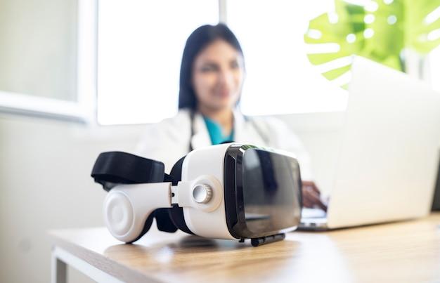 의사의 사무실 테이블 위에 가상 현실 안경