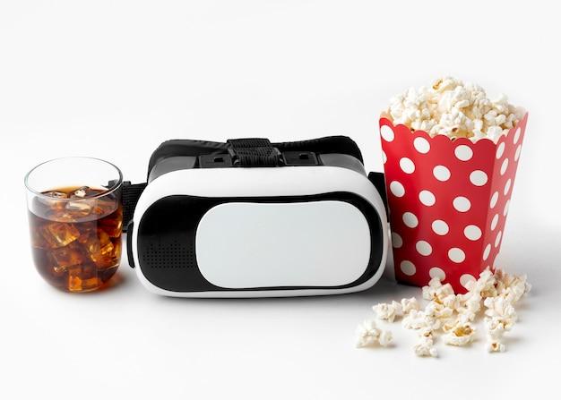 Гарнитура виртуальной реальности и попкорн