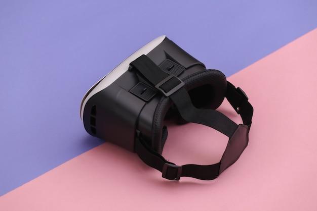Гарнитура виртуальной реальности на розовом фиолетовом фоне. современные гаджеты