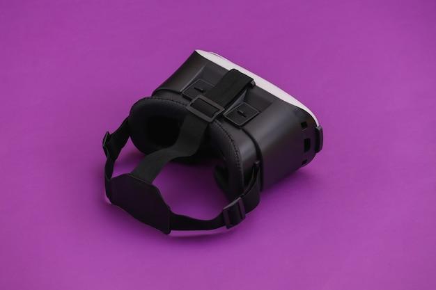 Гарнитура виртуальной реальности на фиолетовом фоне. современные гаджеты