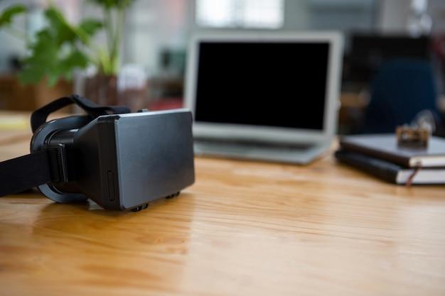 Гарнитура виртуальной реальности на столе