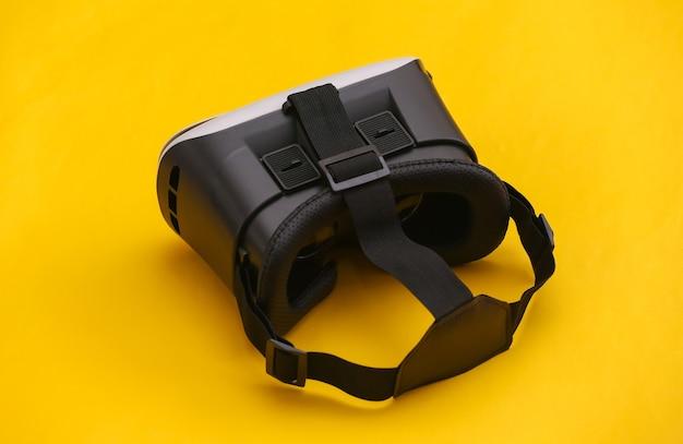 Гарнитура виртуальной реальности на желтом фоне. современные гаджеты