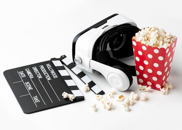 Cuffie per realtà virtuale e popcorn