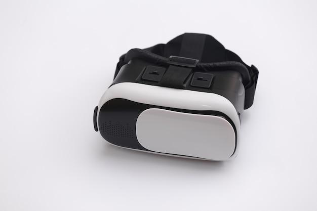Гарнитура виртуальной реальности с джойстиком на белом фоне. современные гаджеты
