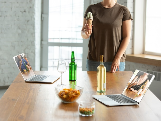 Виртуальный разговор с друзьями, празднование и распитие спиртных напитков все предстоящие встречи