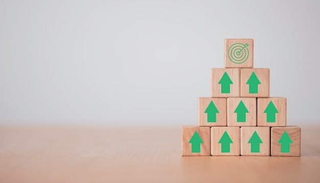 Виртуальная мишень и стрелка, которая печатает экран на деревянном кубе. цель достижения бизнеса и цель целевой концепции.