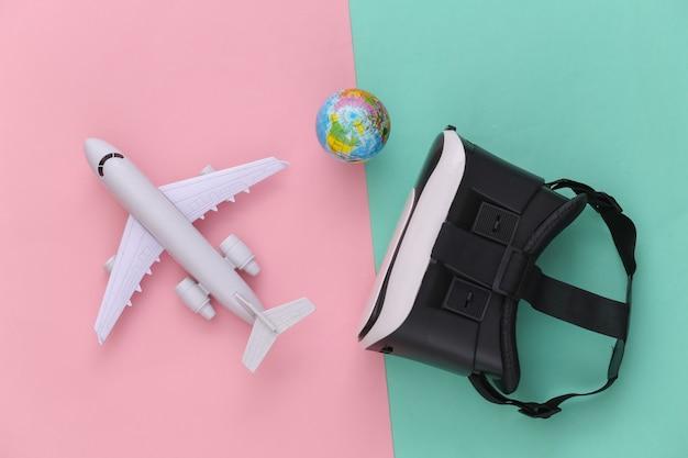 Виртуальное путешествие. гарнитура виртуальной реальности с самолетом, глобусом на розовом синем фоне. вид сверху