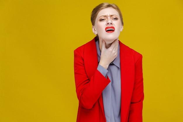 빨간 양복을 입은 바이러스 빨간 머리 비즈니스 여성은 목이 아프다