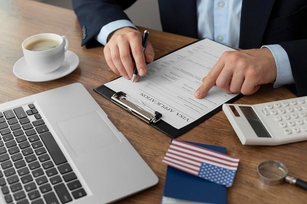 Composizione domanda di visto con bandiera americana