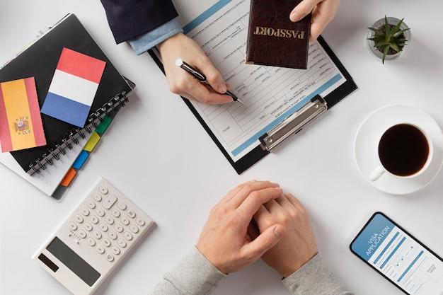 Состав заявления на визу с флагом франции и испании